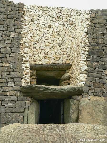 Lichtfenster beim Hügelgrab Newgrange