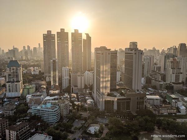 Wolkenkratzer in Bangkok von der Vanilla Club Skybar