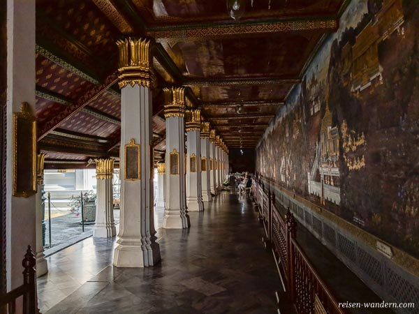 Gang eines Seitengebäudes auf dem Tempelgelände