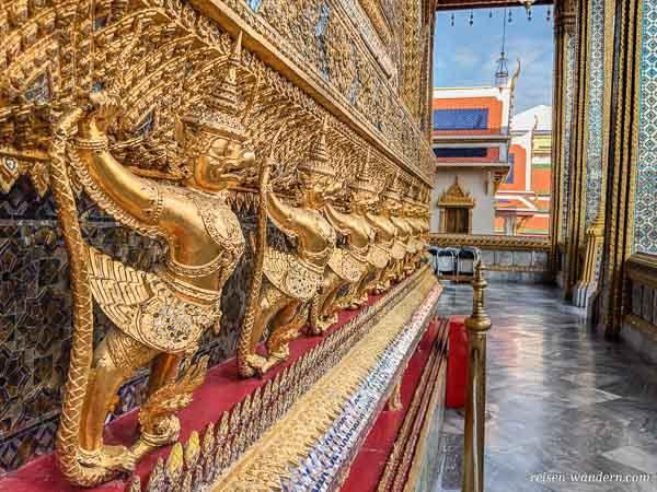 Goldskulpturen am Tempel beim Großen Palast