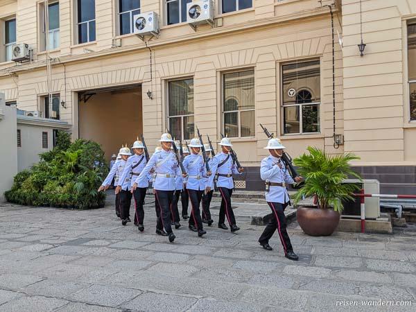 Wachablösung im Großen Palast in Bangkok