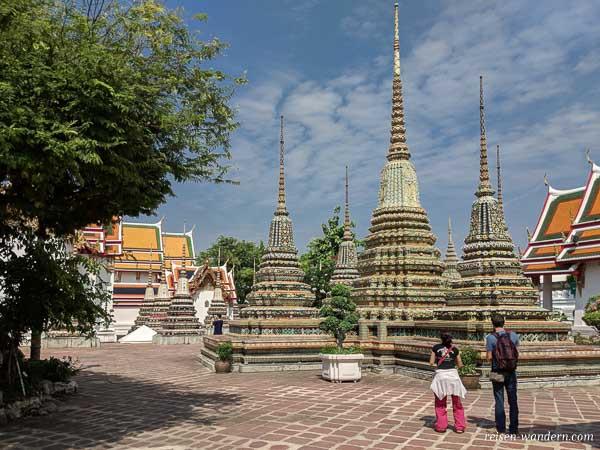 Gelände des Wat Phra mit Chedis