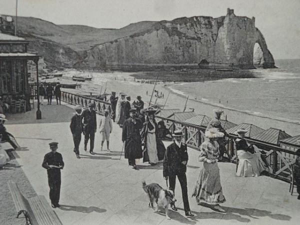 Fußgängerpromenade in Etretat um 1900