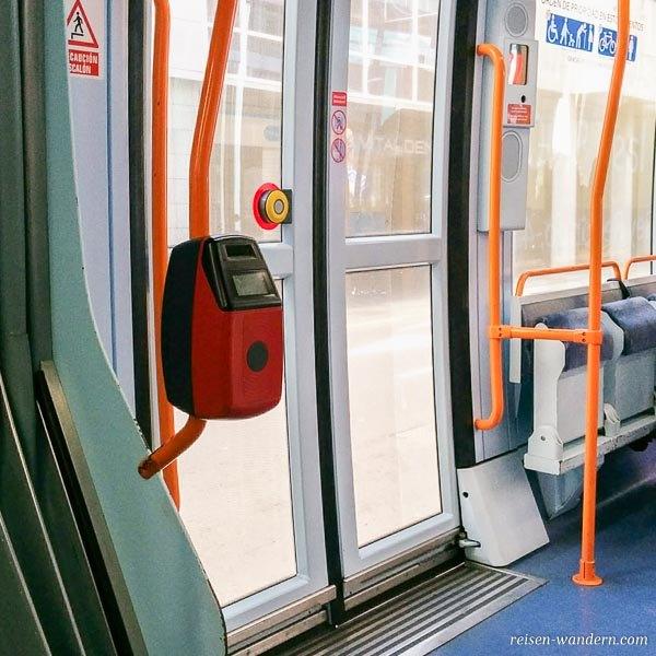 Fahrkartenentwerter in einer Straßenbahn auf Teneriffa
