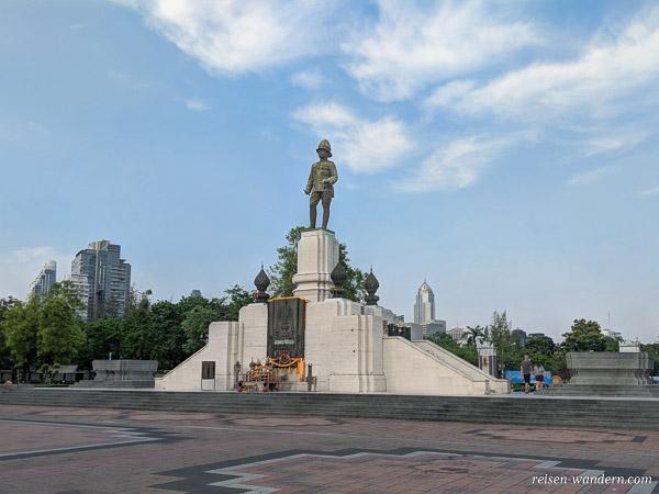 Denkmal von King Rama IV am Eingang des Lumphini Park