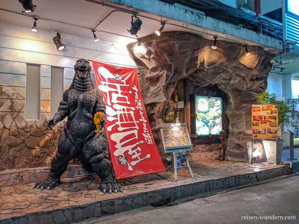 Japanisches Restaurant mit Godzilla im Patpong Rotlichtviertel in Bangkok
