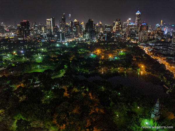 Beleuchteter Lumphini Park bei Dunkelheit von der HI-SO Rooftop