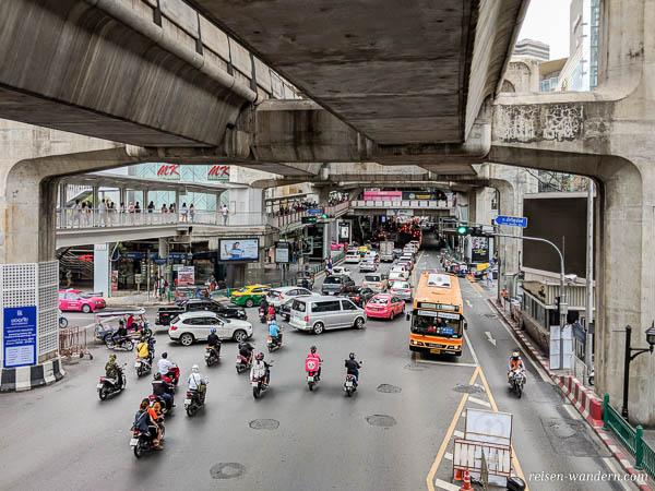 Verkehr unterhalb des Skytrain in Bangkok