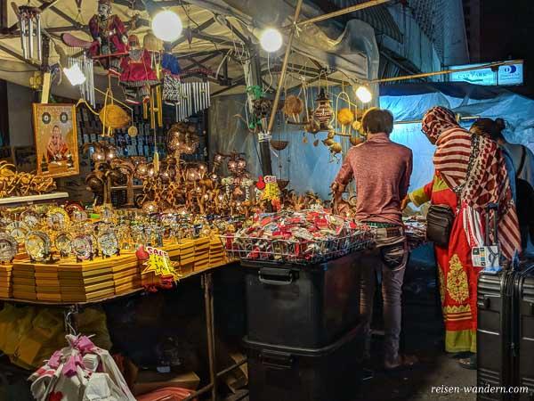 Stand auf dem Palladium Night Market in Bangkok