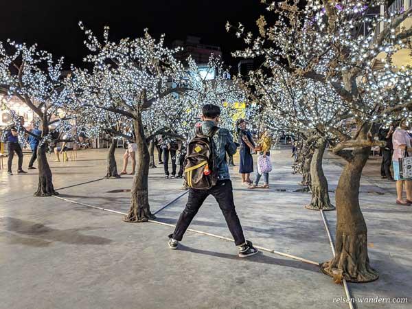 Beleuchtete Bäume beim Talad Neon Markt in Bangkok