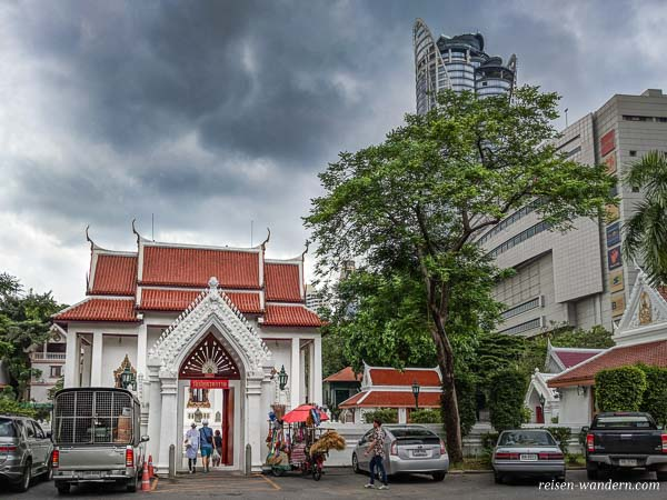 Eingang zum Wat Pathum Wanaram in Bangkok