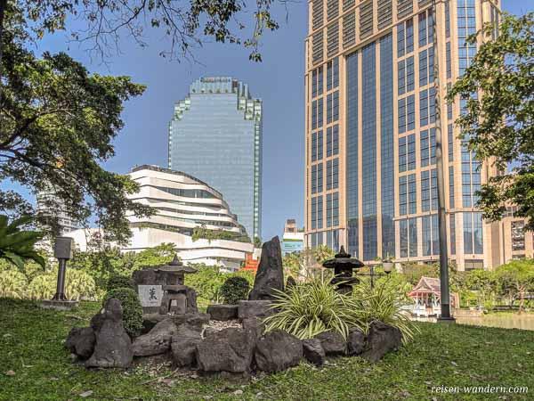 Benchasiri Park in Bangkok mit japanischem Arrangement