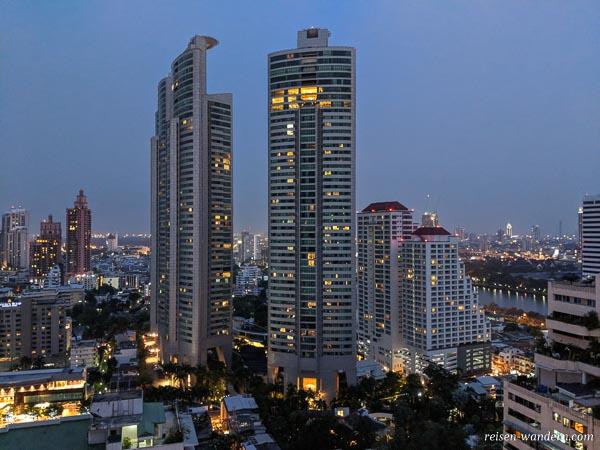 Blick auf Wolkenkratzer von Bangkok von der Skybar im Rembrandt Hotel