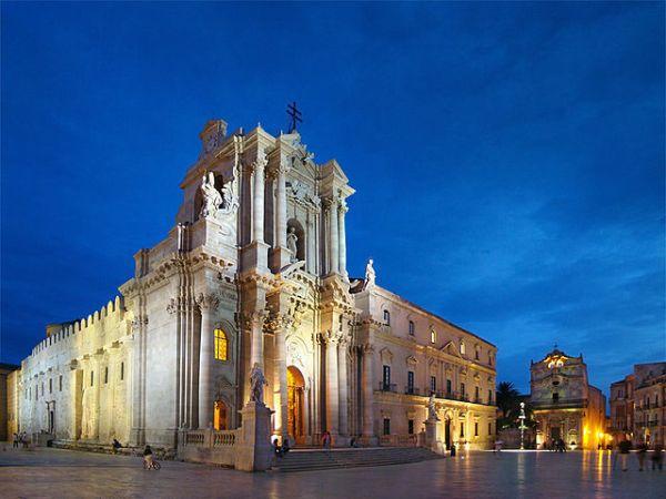 Duomo di Siracusa die Kathedrale von Syrakus am Abend