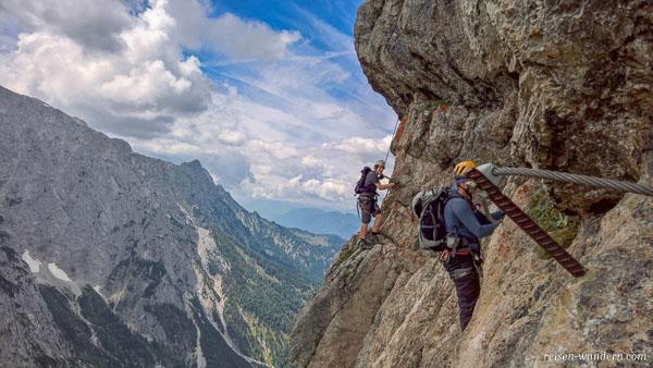 Luftige Querung am Stripsenkopf Klettersteig