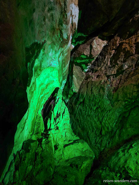 Grün angeleuchteter Felsen in der Lamprechtshöhle
