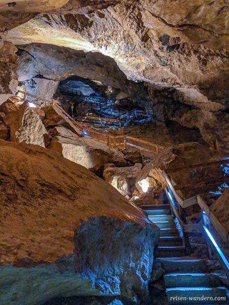 Weg mit vielen Treppen in der Lamprechtshöhle
