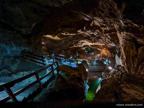 Blick von oberster Aussicht in die Lamprechtshöhle