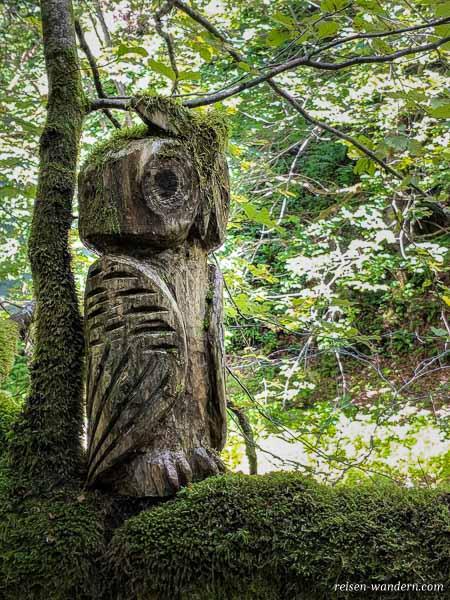 Eule aus Holz auf Baum