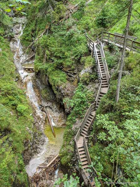 Viele Holztreppen in der Vorderkaserklamm in Österreich