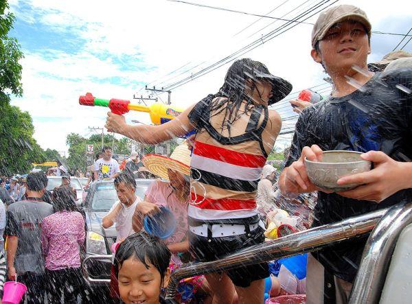 Wasserschlacht beim Songkran in Thailand