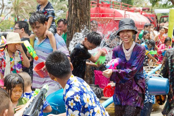 Frau mit Wasserspritzpistole beim Songkran in Thailand