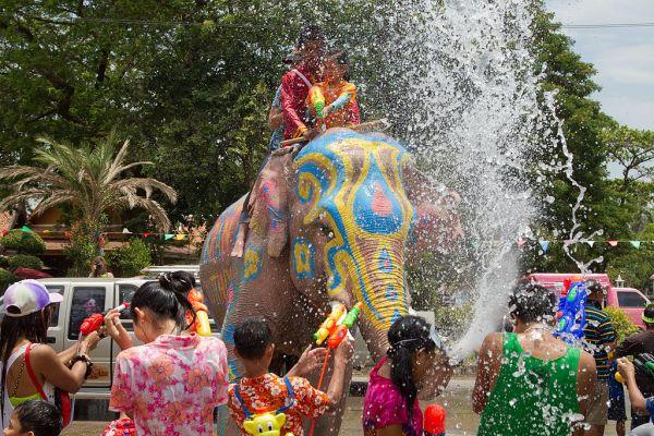 Wasserspritzender Elefant beim Songkran in Thailand