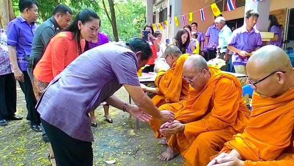 Mönche in Thailand zu Songkran