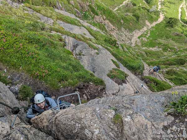 Platte mit Eisengriffen am Marocker Klettersteig