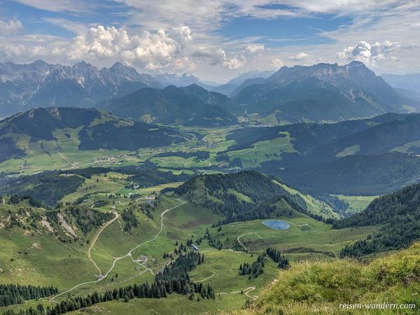 Blick auf Alpen über Fieberbrunn