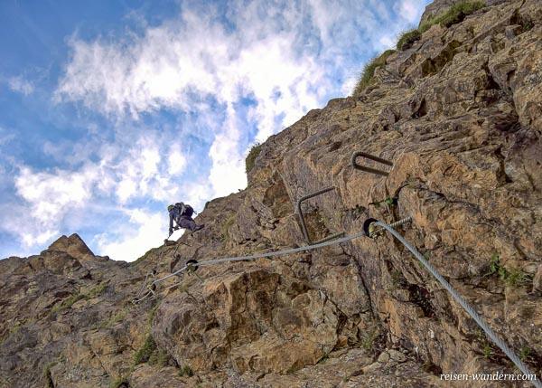 Felswand mit Eisengriffen am Marocker Klettersteig