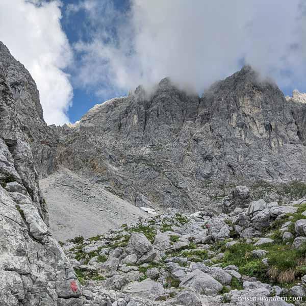 Geröllfeld und Felsmassiv des Ellmauer Halt
