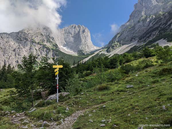 Wegweiser zum Übungsklettersteig bei der Gaudeamushütte