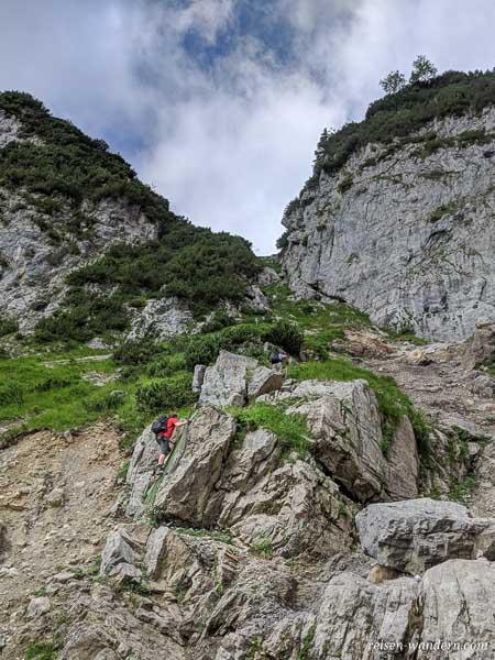 Geröllfeld und Eisenleiter beim Klamml Klettersteig