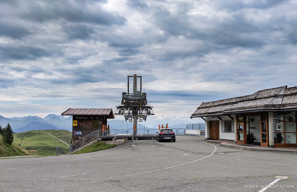 Parkplätze vor dem Alpenhaus