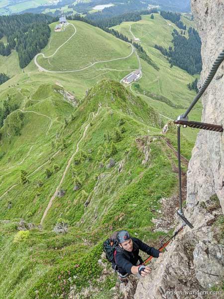 Kitzbüheler Horn Klettersteig mit Blick auf Bergstation Harsch