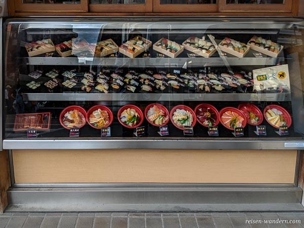 Auswahl an Sushi in einem Sushiladen in Osaka