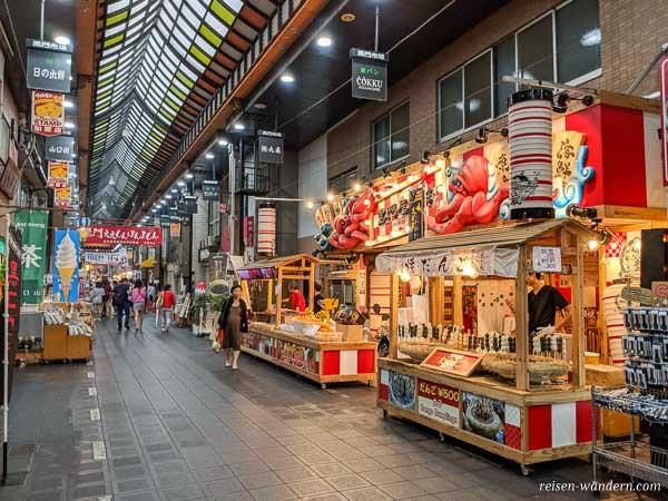 Takoyaki Stände im Kuromon Ichiba Market in Osaka