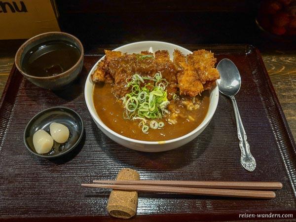Gericht Curry mit Hühnchen und Reis in Osaka