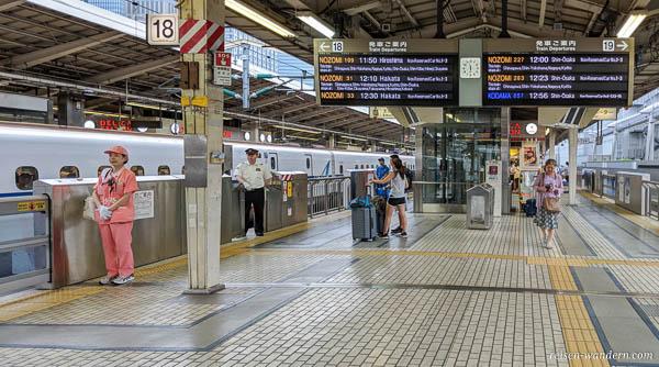 Bahnsteig Shinkansen mit Anzeigetafel
