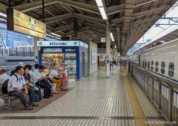Shinkansen Bahnsteig mit Kiosk in der Tokyo Station