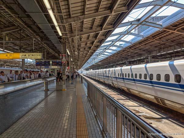 Shinkansen Bahnsteig in Shin-Osaka