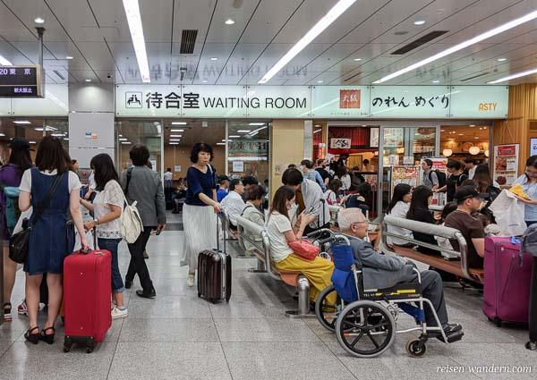 Wartebereich des Shinkansen in Shin-Osaka