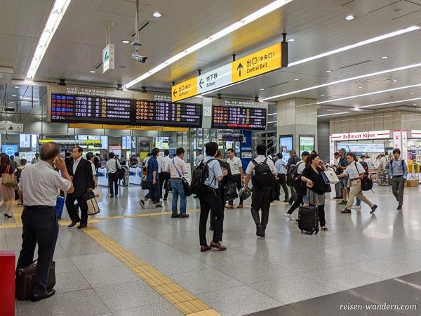 Anzeigetafeln für Shinkansen in Osaka