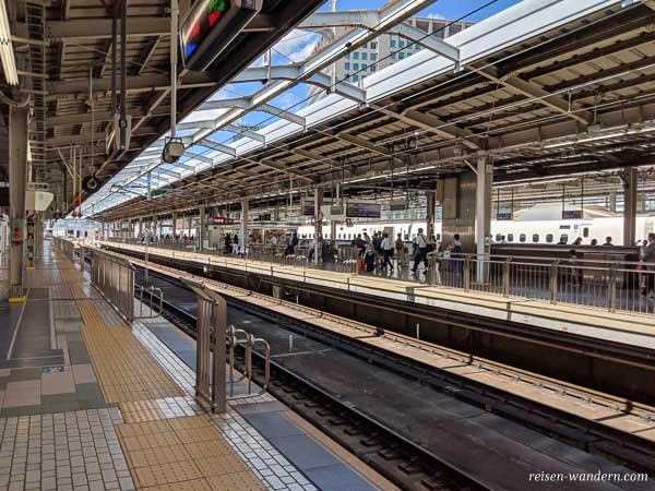 Leerer Bahnsteig des Shinkansen mit Wagennummern