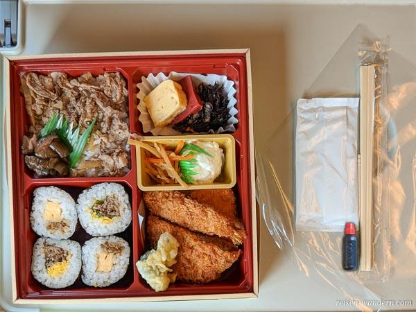 Bentobox mit Stäbchen für Fahrt mit Shinkansen