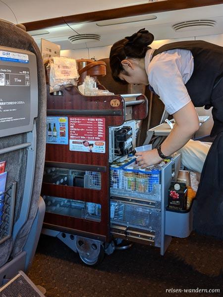 Verkaufswagen mit Servicekraft im Shinkansen