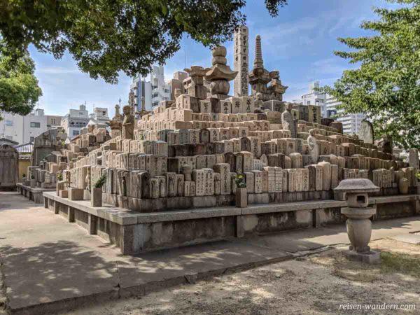 Pyramiden Gräber im Shitennoji Tempel