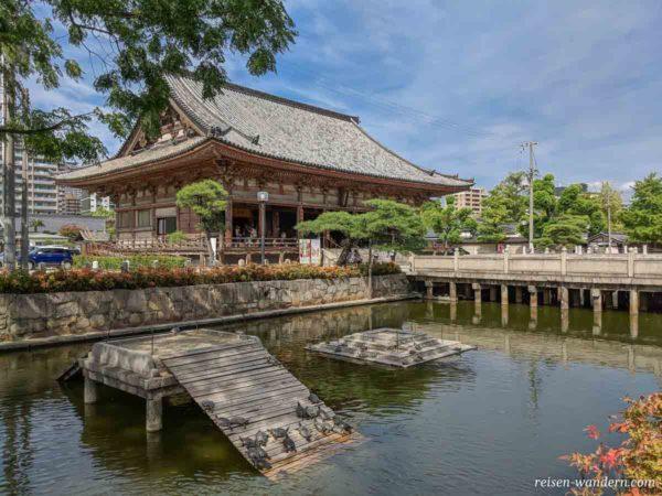 Museum Hōmotsukan mit Wasserschildkröten im Teich