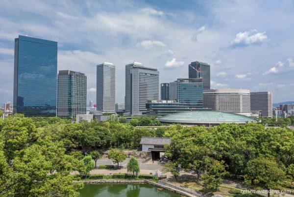 Aoyamon Tor mit Skyline von Osaka Business Park